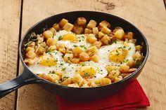 La vinaigrette Ranch barbecue rehausse à merveille le goût de cette poêlée toute simple composée de pommes de terre rissolées, de bacon et d'œufs. Dans cette recette typique des petits restaurants américains, l'utilisation de pommes de terre rissolées surgelées permet de gagner du temps.
