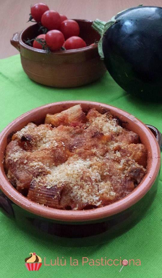 Il primo piatto che vi propongo è una valida alternativa alla tradizionale pasta al forno: mezze maniche con melanzane al forno. La verdura, in questa prep