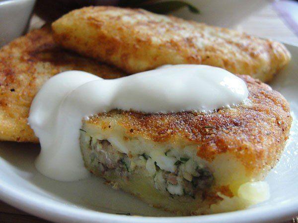 Картофельные зразы  Ингредиенты:  -8-10 картофелин -2 яйца -2ст.ложки муки или панировочных сухарей -1шт. лука репчатого -3-4 ложки маргарина -100г сметаны -соль перец по вкусу Для начинки: -3 яйца (отваренных в крутую) -пол пучка молодого зеленого лука -2-3ст. ложки растительного масла  Приготовление:  Картофель вымыть, очистить и сварить. Отвар слить, картофель обсушить и протереть через сито, как на пюре. Приготовим начинку - отваренные в крутую яйца очистить и мелко порубить, зеленый лук…