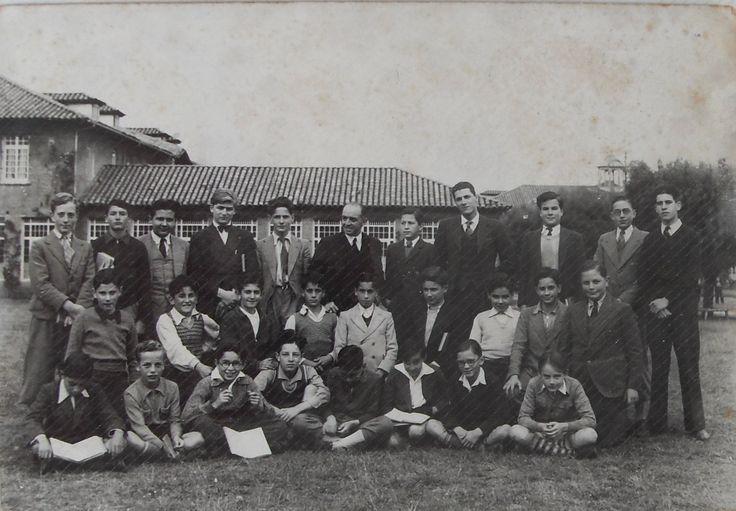 COLEGIO GIMNASIO MODERNO BOGOTÁ D.C., WALTER VELASCO MEJIA CON SUS COMPAÑEROS INTERNOS. 1938.