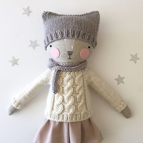 adorable handmade cat doll by @luckyjuju! Katia adds such cute knit accessories to her dolls