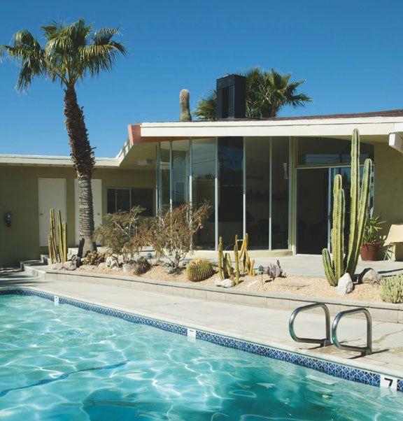 Palm Springs est la mecque du modernisme du désert. L'architecture moderne américaine des années 50 et 60 n'a jamais été aussi prisée que ces derniers mois. Inspirés par le Bauhaus puis par le mouvement moderne européen, Albert Frey, Richard Neutra, Donald A. Wexler, William Krisel William F. Cody et E. Stewart Williams inventèrent bien plus que des bâtiments : une esthétique, aujourd'hui connue sous le nom de modernisme du désert. + Adresses d'hôtels !