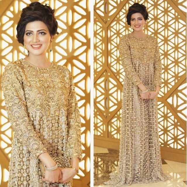 Beautiful gold outfit designed by Shereen Saleem! Share your style with us #pakistanvogue #pakistanifashion#bridal#asian#gold#outfit