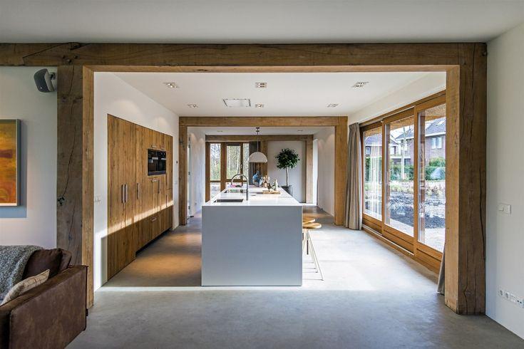 JP Walker ruw eiken keuken met groot kookeiland