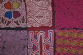 Las molas, provenientes de la cultura Kuna que comparte el territorio de Colombia y Panamá, son confecciones decorativas de telas, trabajadas al revés con la técnica del llamado bordado aplicado, elaboradas con vistosos textiles de diferentes colores.
