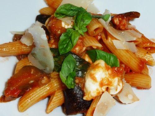 Voici une de mes recettes de pâtes figurant dans mon top 5! Parce qu'elle a vraiment un goût d'Italie! Vraiment! Et toute la famille est d'accord! Basilic frais, mozzarella di buffala, parmigiano, aubergines, tomates. Je l'avais trouvée sur Cuisine TV...