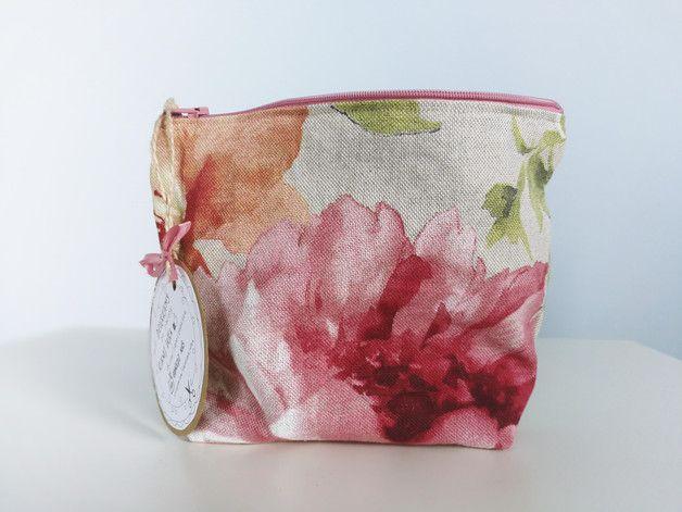 Kosmetyczka/organizer do torebki uszyta z nietypowej tkaniny w kwiaty (len), wymiary: 21cmx15cm (kosmetyczka na dole ma zaszewkę przez co jest pakowaniejsza :)).