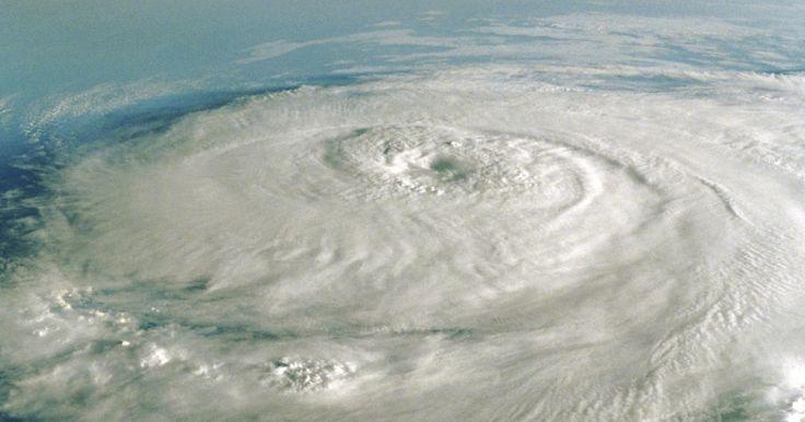 """Información científica sobre huracanes para niños. El término """"huracán"""" se refiere a grandes y giratorios sistemas de tormentas que se producen sobre las aguas cálidas del océano, en ocasiones tocan la tierra y hacen un daño potencialmente grave. Los huracanes crean vientos de más de 74 millas por hora, además de tormentas violentas con truenos y relámpagos. En el Océano Atlántico, la mayoría de ..."""
