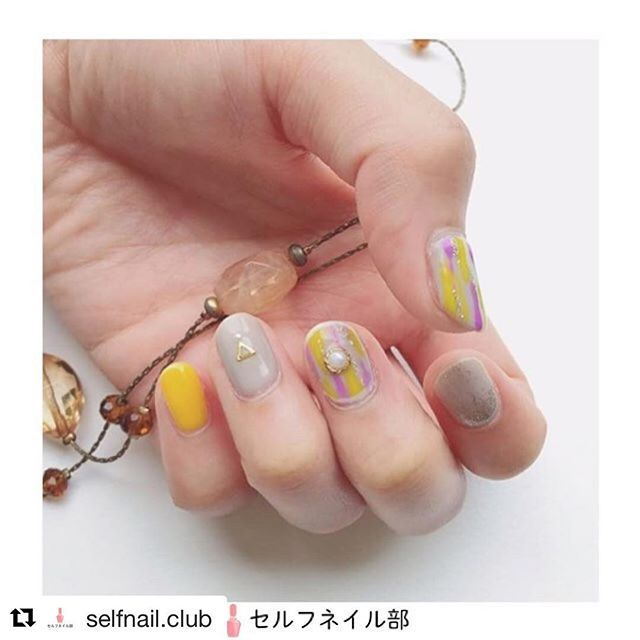 ちょっと前になりますが、セルフネイル部さんで取り上げていただきました😊 ありがとうごさいます♡ ・ #Repost @selfnail.club (@get_repost) ・・・ (@ponsayak)さんの、 「夏から秋にかけてのエスニックネイル」を紹介します💅🏻 . 〜やり方〜 以下全てHOMEIウィークリージェルを使用。 ・ ①人差し指、中指、薬指→WG-7を塗り硬化を2回。 ・ ②小指→NE-26を塗り硬化を2回。 ・ ③人差し指→NE-15を根元からグラデーションになるように塗って硬化。 ・ ④中指→NE-26とNE-31を爪楊枝でとり、根元から爪先に向かってラインを引く。 次に爪先から根元に向かってラインを引き硬化。 バランスをみて、隙間にNE-15でラインを引いて硬化。 WG-1を爪楊枝でとり、爪の縁を囲み硬化。 その後WG-0を塗りパーツを乗せて硬化。 ・ ⑤薬指→WG-0を塗りパーツを乗せて硬化。 ・ ⑥最後に全ての指にWG-0を塗って硬化して完成✨ . 〜使ったもの〜 🌱HOMEIウィークリージェル・・・WG-0、1、7、NE-15、26、31…