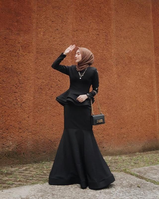 9 Ide Dress Hitam Dengan Hijab Biar Terlihat Ramping Dan Elegan Gaun Kebaya Modern Pakaian Wanita Bunga Pakaian Modern