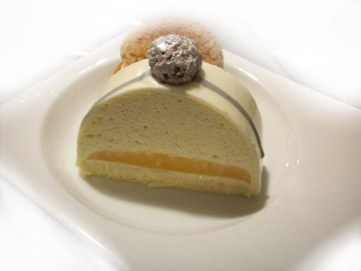 Bûche 25 - 30 cm Mousse vanille Ingrédients : 400g de crème liquide 35% 1 gousse de vanille 80g de sucre 30g d'eau 3 jaunes d'oeufs 4 feuilles de gélatine 2cl de grand marnier (facultatif) Préparation : Montez la crème en chantilly avec les graines de...