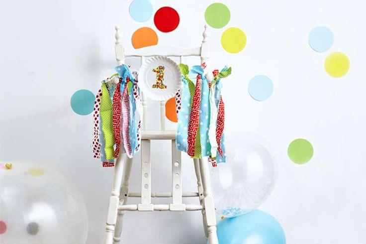 Je baby is al 1 jaar oud! In deze kleine feestgids ontdek je onze knutseltips voor originele versieringen: feestballonnen, een funky feeststoel, kleurrijke confetti, coole feestslingers en grappige feesthoedjes. Wat papier, touw, lijm en een schaar … Aan de slag!