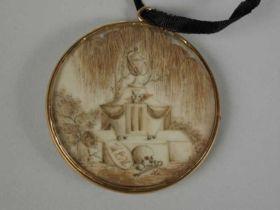 1890-1910. Memoriestukje van haar in medaillon van glas, gevat in gouden lijst, hangend aan smal zwart zijden lint, tweezijdig