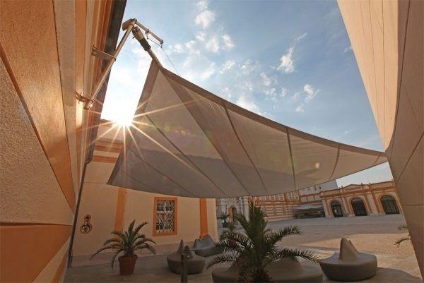 http://1decor.net/fr/wp-content/uploads/2015/11/Manuel-voile-triangulaire-enroulable-sans-probl%C3%A8me-sur-le-d%C3%A9roulement-et-SunSquare-Melk-facile.jpeg