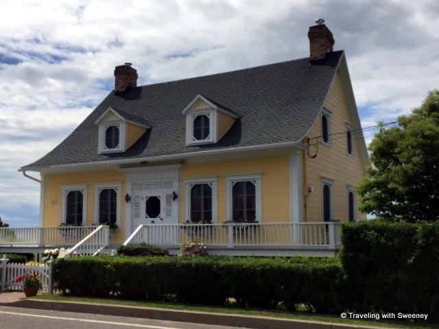 Une des maisons charmantes et magnifiquement entretenues sur l'avenue Morel à Kamouraska