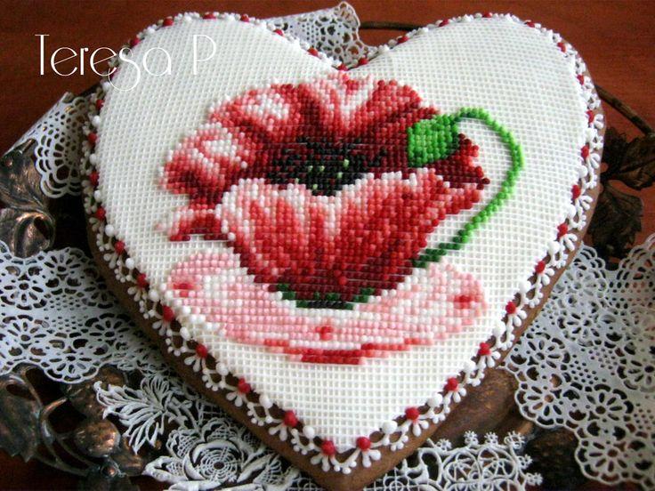 Makowa filiżanka, needlepoint poppy on heart. Cookie artist Teresa Pękul