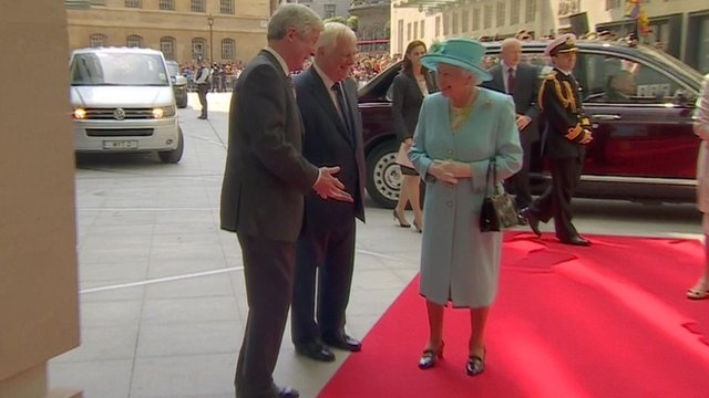 BBC News - Queen arrives to open BBC's new Broadcasting House building