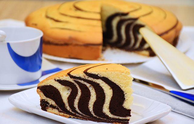 La torta zebrata è un dolce semplice ma ad effetto in cui due impasti diversi si fondono creando una vera magia. Ecco la ricetta