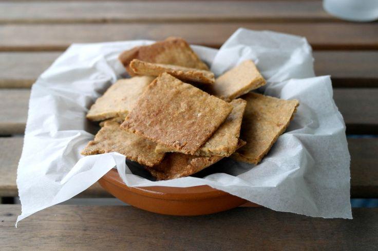 Gustosi e croccanti, questi crackers sono perfetti come snack, aperitivo o più semplicemente in qualsiasi occasione, al posto delle gallette o del pane. Ricetta paleo, senza glutine, senza latticini.