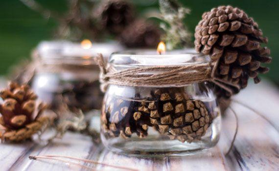 Cosa c'è di più natalizio di una candela che illumina la tavola imbandita? Per creare la giusta decorazione natalizia basterà avere qualche candela e con un piccolo tocco di fantasia si trasformerà in una decorazione bellissima! Cestino di candele Se avete in casa delle candele strette e lunghe unitele in un unico mazzo: anche se hanno colori … Continued