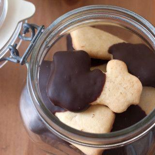 Delicioso cookie de baunilha com cobertura de chocolate. Fácil de fazer, com sabor de baunilha na medida certa, perfeito para comer com um cafezinho ou um copo de leite puro.