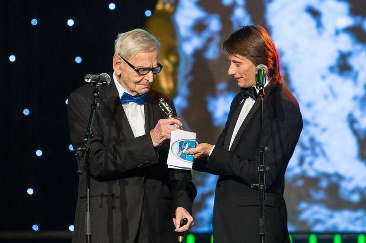 Marius Manole inmaneaza un premiu special, in smoking Lo Spaccio