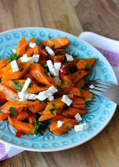 Gebackene Karotten mit Feta und Petersilie - Gebackene Karotten sind ein herrlich aromatisches Karottenrezept nach nur 25 Min. im Ofen fertig zum Genießen.