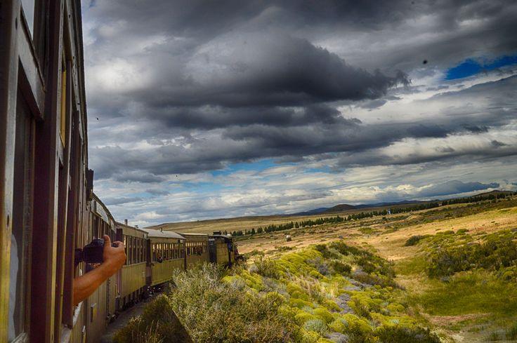 """Fotografiando el paisaje patagónico desde el tren, más precisamente desde la famosa """"Trochita"""""""