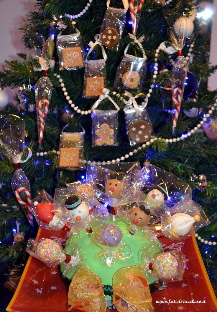 Decorazioni Natalizie commestibili: Lecca Lecca chupa decorati con pasta di zucchero e decorazioni da appendere all'albero interamente modellate a mano in pasta di zucchero