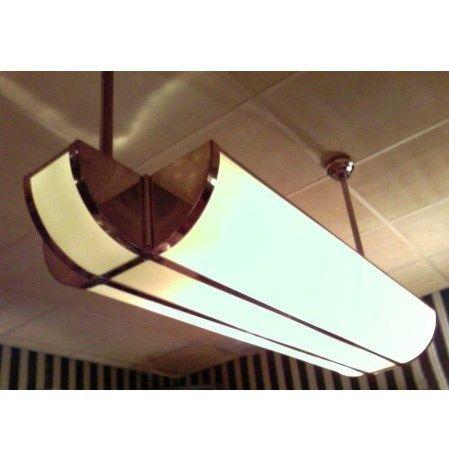 Super plafond verlichting. Ook zonder pendels, als plafonnière te leveren. Vraag naar de mogelijkheden. Voldoende fittingen worden geprofileerd. Keuze uit een standaard maat en verlengde maat. De ophangpendellengte is standaard 50cm. Aangepaste lengtes zijn mogelijk zodat de lamp ook in uw systeemplafond toepasbaar is. Afmetingen armatuur; Breedte: 95 cm Hoogte: 15 cm Diepte: 45 cm h.o.h. ophangbuizen 65 cm. Diverse kleuren gemarmerd glas mogelijk. Het frame kan gekozen worden in de afwer...