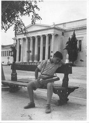 Μικρό αγόρι, υπαίθριος πωλητής, παίρνει ένα σύντομο μεσημεριανό υπνάκο, έξω από το Ζάππειο Μέγαρο της Αθήνας (συλλογή Κωστή Ηλ. Παπαδάκη)