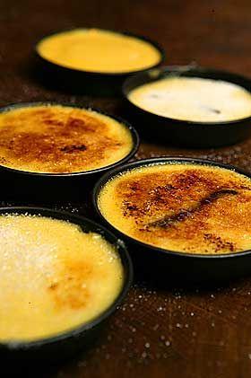 Perfekt dessert:  Crème brûlée (eller brent krem på norsk) er tjukk vaniljekrem med et flortynt lag av brent sukker på toppen.