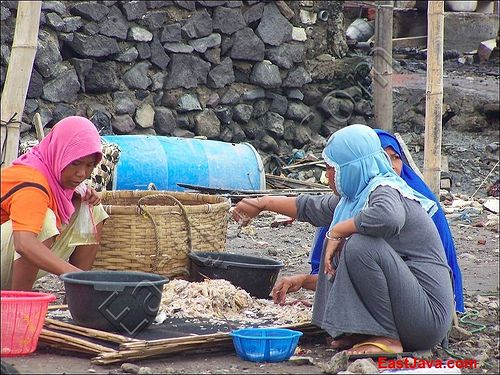 menyortir_hasil_tangkapan .Kenjeran and fisheries products is connected, regarding that it is near to the coast. Most of the inhabitants are living by being fishermen and selling the products. One of those products are lies over the Old Kenjeran, which is Krupuk Surabaya - Indonesia