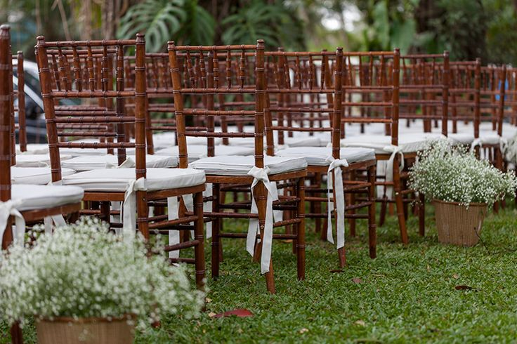 ecoração de casamento rústica com cadeiras e mesas de madeira