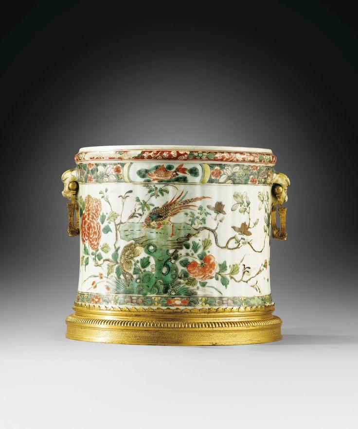 Cache-pot en porcelaine de Chine de la Famille Verte, dynastie Qing, époque Kangxi (1662-1722) à monture de bronze doré d'époque Louis XIV A GILT-BRONZE MOUNTED CHINESE FAMILLE VERTE PORCELAIN POT HOLDER, THE PORCELAIN QING DYNASTY, KANGXI PERIOD (1662-1722), THE MOUNTS LOUIS XIV