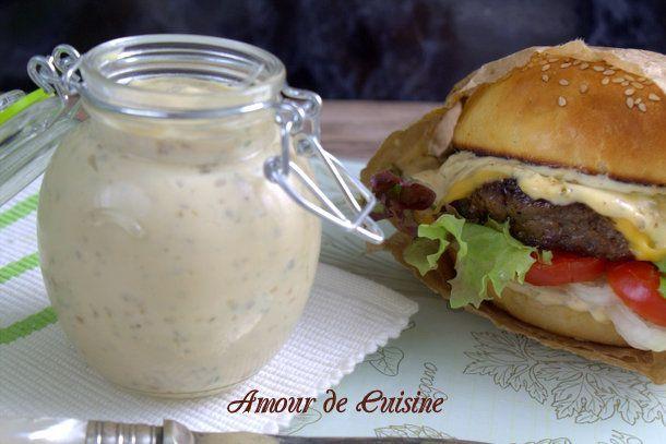 SAUCE BURGER MAISON (2 c à s d'oignon frit, 4 a 5 c à s de mayonnaise, 2 c à c de ketchup, 2 c à s de moutarde, 2 c à s de ciboulettes fraîches hachées, 2 c à s de persil, 2 petits cornichons)