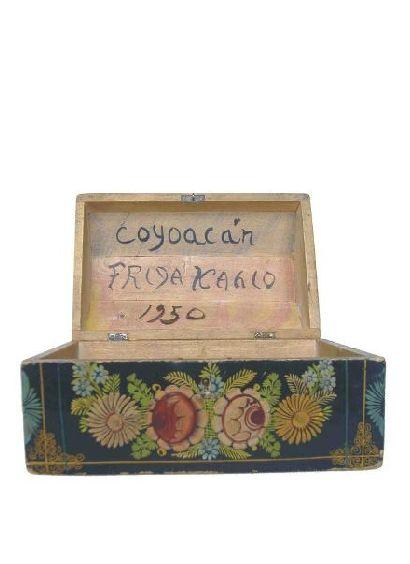 La caja de Tesoros de Frida (1950) La Caja está firmada en la parte interna de la tapa: Coyoacán Frida Kahlo 1950 La caja contenía 39 artículos que incluyen: 27 notas por Frida Kahlo escritas sobre papel de cuaderno amarillo 8 cartas escritas por Frida Kahlo en sobres dirigidas a ella misma 2 postales escritas por Frida Kahlo en 1938 1 sello fiscal prepagada del estado de Ohio (EEUU) 1 juego de mancuernillas para camisa atadas por un listón
