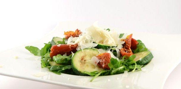 Italiaanse salade met courgette en zongedroogde tomaten
