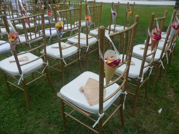 Le pusimos a cada silla un cucurucho con pétalos para que los invitados le tiraran pétalos a los recién casados.