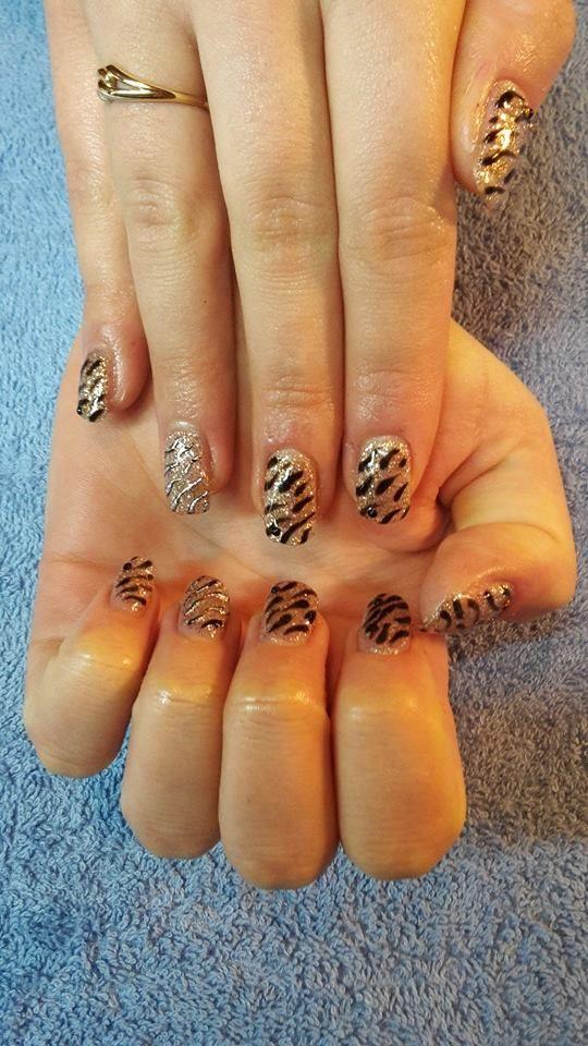 Extensions sur ongles naturels en gel uv + gel cannelle et noir + déco Foil