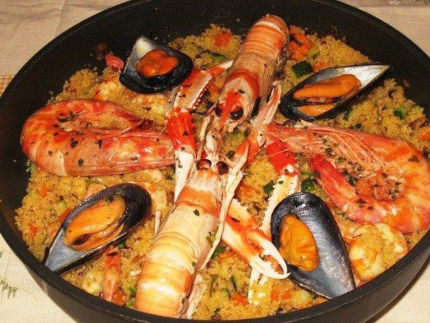 Ingrédients 500 g de couscous précuit 1 kg de poisson à soupe au choix (rascasse, grondin rouge, colin, anguille….) 500 g de moules 500 g de gambas crus 2 cuil. à soupe d'huile d'…
