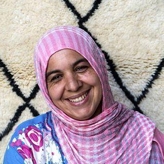 Lei è Tima, uno dei tanti visi e delle tante storie che si celano dietro ai nostri preziosi tappeti fatti a mano. Insieme alle altre artigiane del nostro team marocchino vi regalano preziosi e autentici manufatti: i tappeti berberi Beni Ourain 😍💕 Conosci anche tu le artigiane marocchine produttrici di queste piccole meraviglie: http://www.sukhi.it/incontra-il-nostro-team-in-marocco
