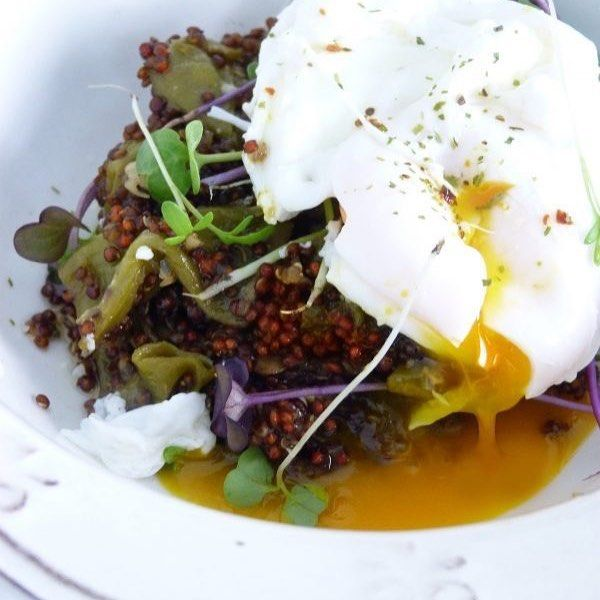 Una buena opción para comer equilibrado: Quinoa con verduras y huevo poché  receta en jazminycanela.com     #kale #spinach #greens #quinoa #avocado #veggies #salad #juice      #egg #eggs #yolkporn #yolk #bacon #avocado #omelette #brunch #tomato #toast #eggporn