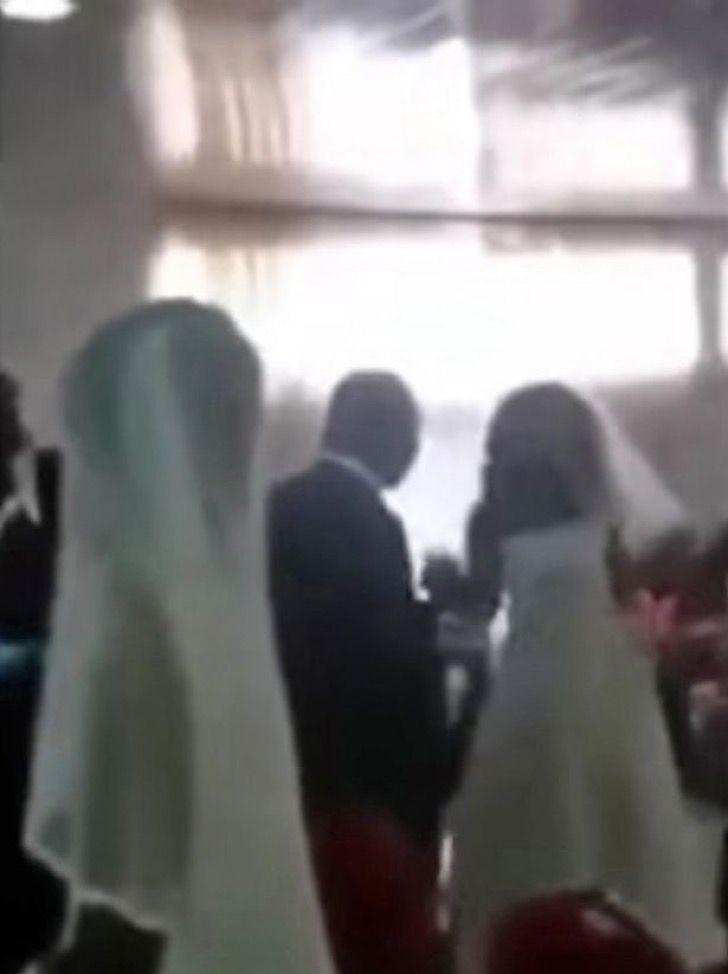 Novio infiel es descubierto cuando su amante apareció en su boda con el mismo vestido que la novia