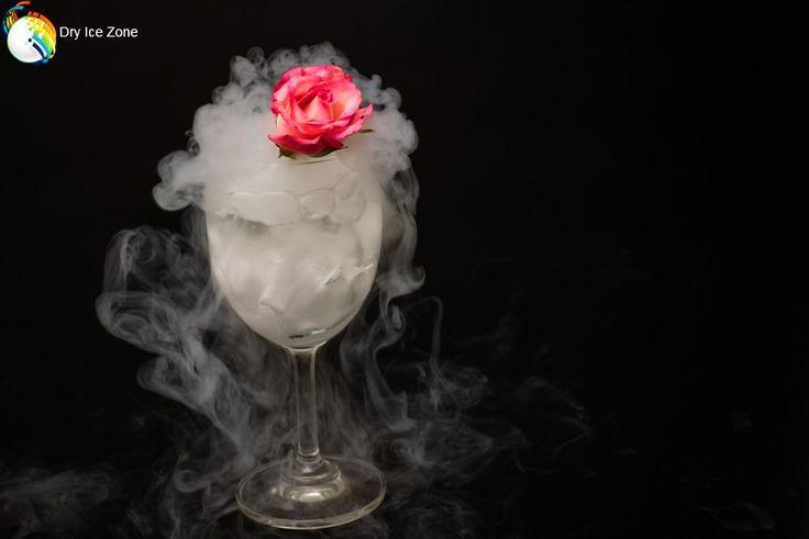Suchy lód na wesela jest kupowany również do schładzania drinków oraz napojów bezalkoholowych. Pierwszy toast młodej pary jest bardzo ważnym elementem każdego wesela. Stosując suchy lód można postarać się o odpowiednią oprawę wizualną wesela. Ciężka biała mgiełka wydobywająca się z drinka młodej pary może być odpowiednią wizualizacją uczuć między małżonkami i symbolem pierwszych kroków we wspólnym życiu.