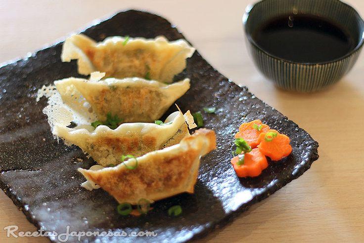 Yasai gyoza - Empanadillas japonesas vegetarianas     - Ingredientes:  Masa para gyoza (unas 20 envolturas)  harina de trigo y a...