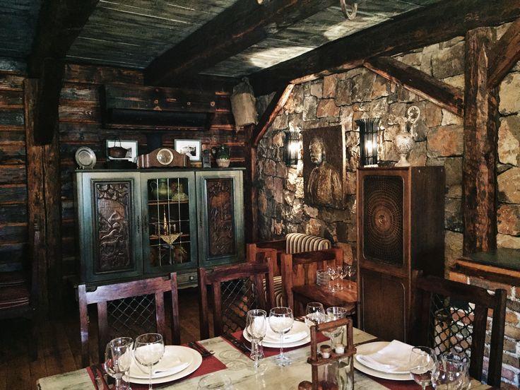 Stara Kuca'nın akılda kalan baklavasını geçenlerde paylaşmıştık. Restoranın donanımını da ayrıca dikkatinize sunmaya değer. Her köşe öyle zarif döşenmiş konukların rahatına öyle güzel özen gösterilmişti ki...