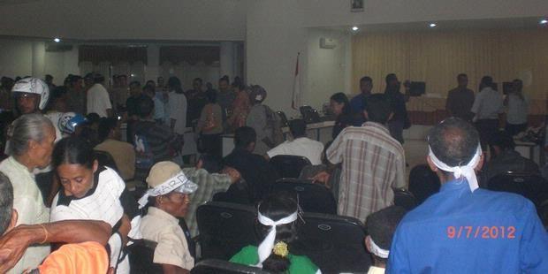 Gara-gara alat pengeras suara (mik) mati saat audiensi di gedung DPRD Kabupaten Timor Tengah Utara (TTU), massa dari Gerakan Rakyat Peduli Demokrasi dan Keadilan (Garda) marah-marah, Senin (9/7/2012). Suasana dialog massa Garda dengan ketua dan anggota DPRD TTU pun ricuh.