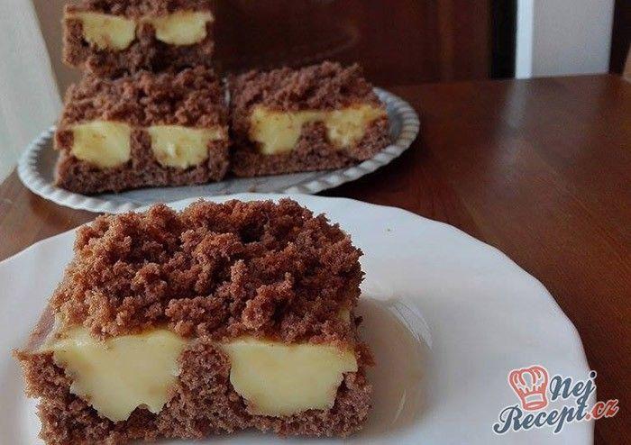 Jednoduchý koláč s vanilkovým pudinkem, který si oblíbíte. Připravený je velmi rychle a také rychle zmizí z plechu. Autor: Gaštanka