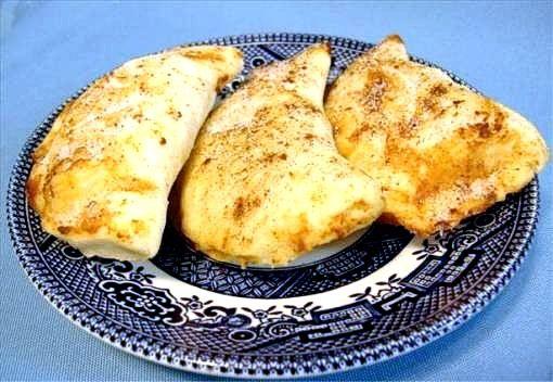 Τραγανά μανουροπιτάκια με πετιμέζι Κόβουμε το μανούρι σε ροδέλες πάχους 5 εκ. και τυλίγουμε το καθένα με ένα φύλλο κρούστας. Ψήνουμε τα πιτάκια στο φούρνο ή, αν προτιμάμε, στο τηγάνι με αρκετό λάδι – να τα καλύπτει - μέχρι να ροδίσουν. Σερβίρουμε αμέσως, όσο είναι ακόμα ζεστά, και τα γαρνίρουμε με λίγο πετιμέζι και τριμμένα, ψημένα, αλμυρά φιστίκια Αιγίνης...
